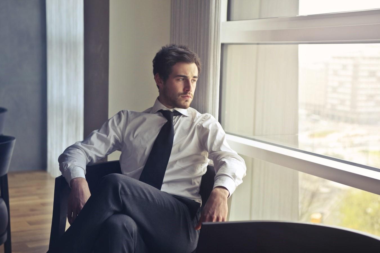 ¿Cómo debe vestir un hombre en el trabajo?